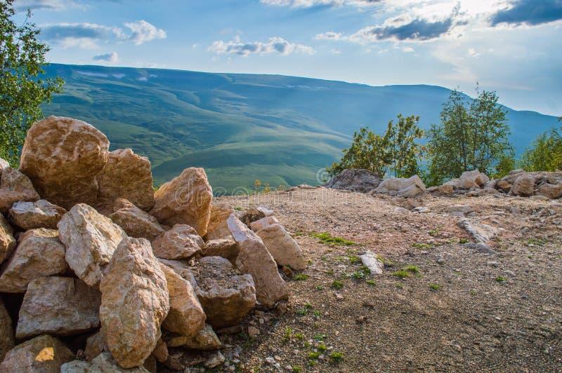 Pila de rocas en montañas fotos de archivo