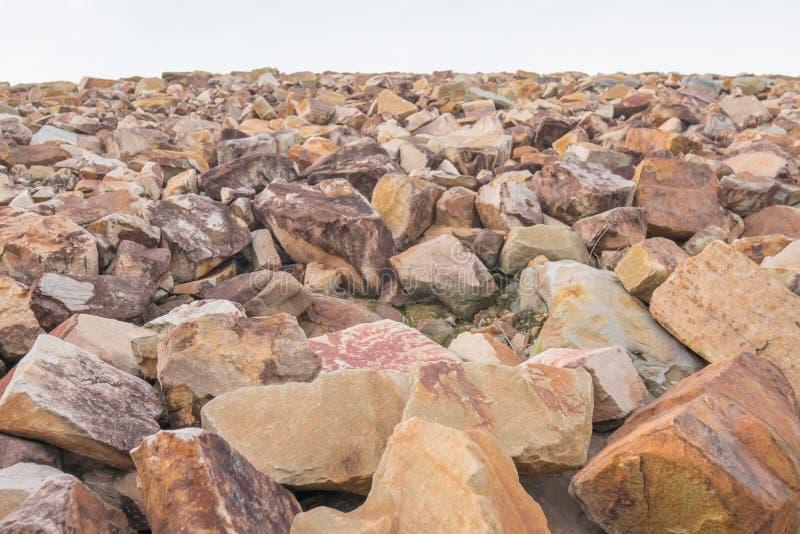Pila de rocas para el rompeolas fotos de archivo