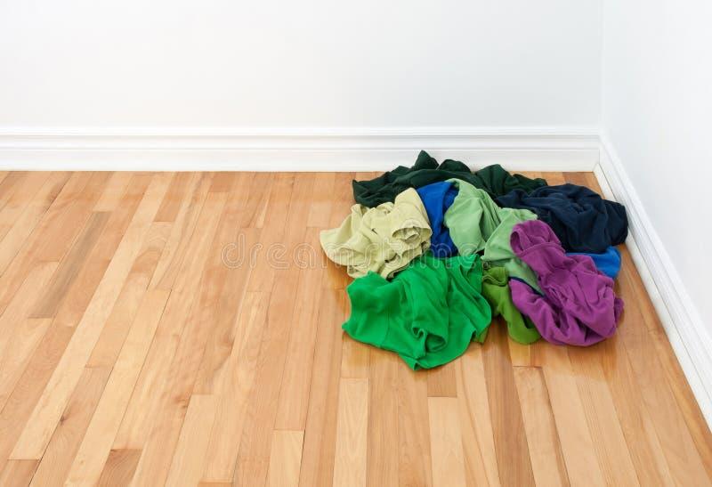 Pila de ropa brillante en la esquina del sitio fotos de archivo libres de regalías