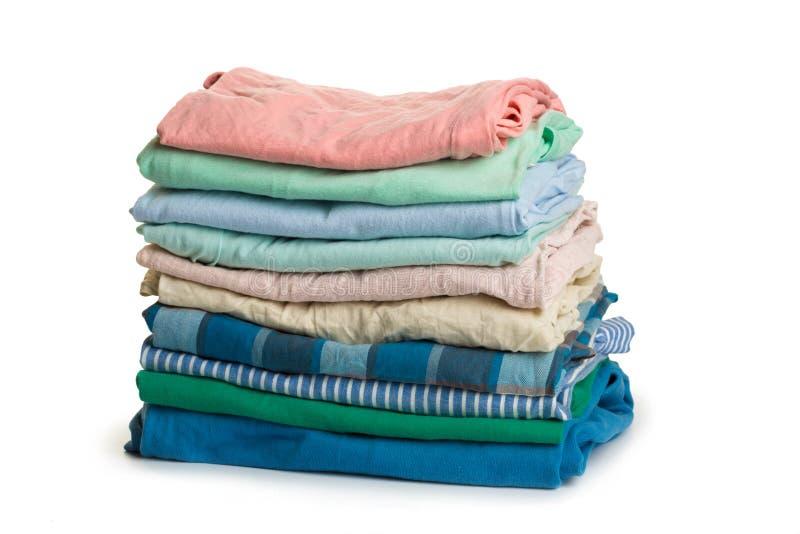 Pila de ropa colorida, fondo blanco aislado imagen de archivo libre de regalías