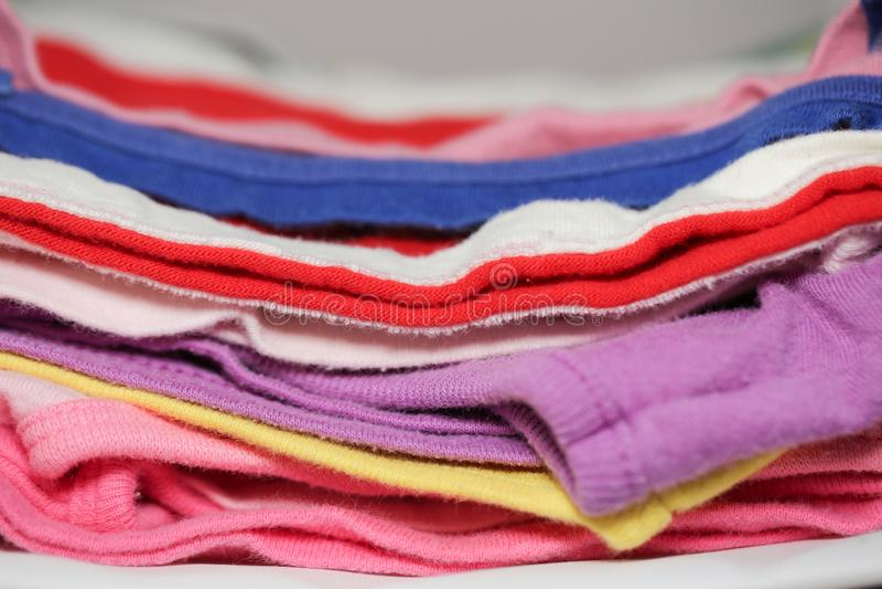 Pila de ropa en el primer de la tabla fotografía de archivo