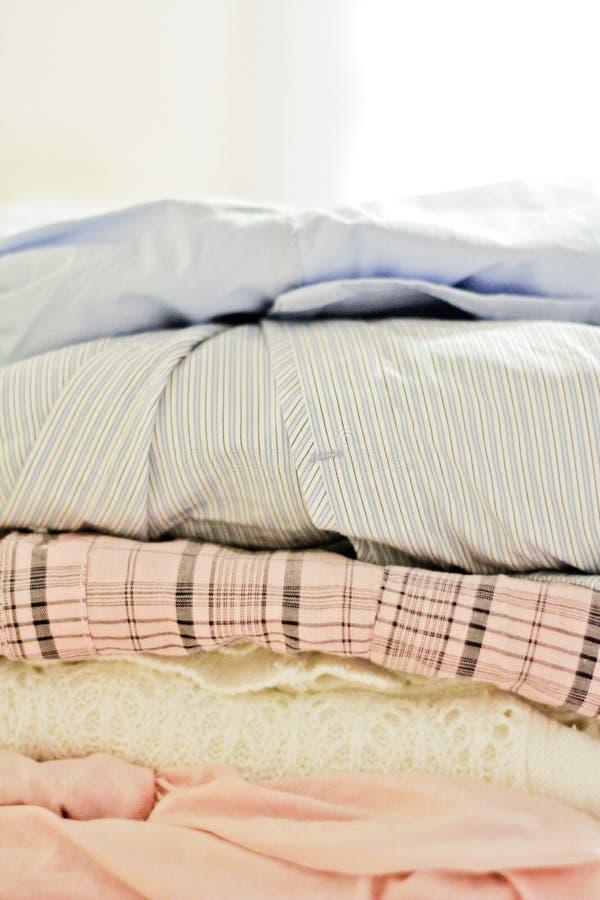 Pila de ropa suave-coloreada foto de archivo