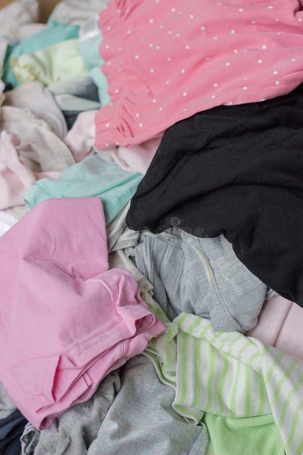 Pila de ropa vieja sucia imagen de archivo libre de regalías