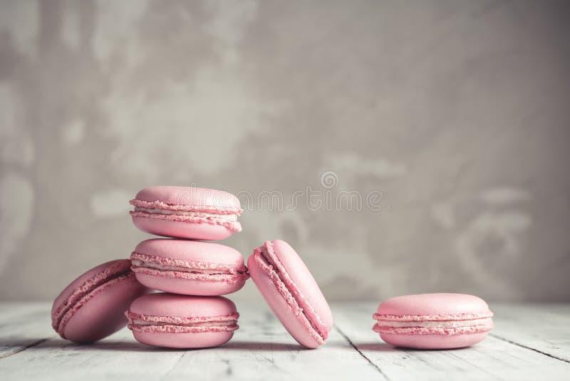 Pila de rosa en colores pastel Macarons de la frambuesa o de macarrones fotos de archivo