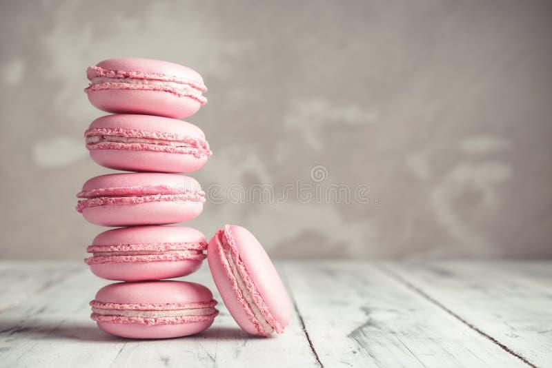 Pila de rosa en colores pastel Macarons de la frambuesa o de macarrones fotografía de archivo libre de regalías