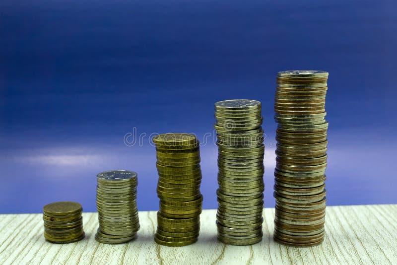 Pila de rublos rusas de las monedas sobre fondo neutral imagenes de archivo
