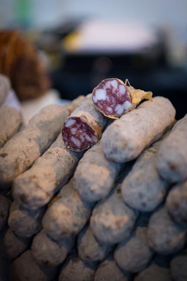 Pila de salchichas secadas del salami imágenes de archivo libres de regalías