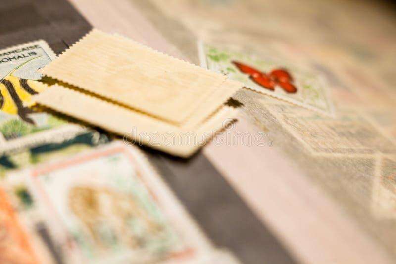 Pila de sellos en el álbum de sello foto de archivo