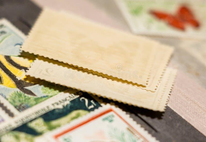Pila de sellos en el álbum de sello foto de archivo libre de regalías