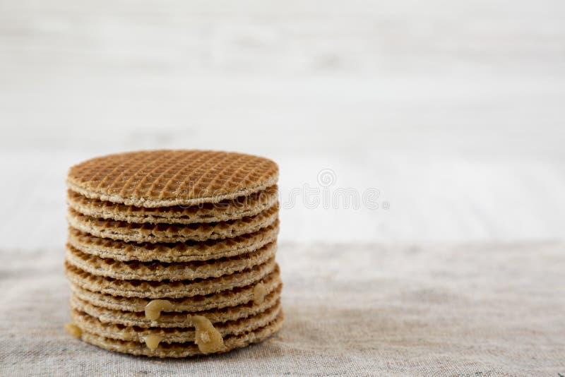 Pila de stroopwafels holandeses hechos en casa con el relleno del miel-caramelo, vista lateral Copie el espacio foto de archivo libre de regalías