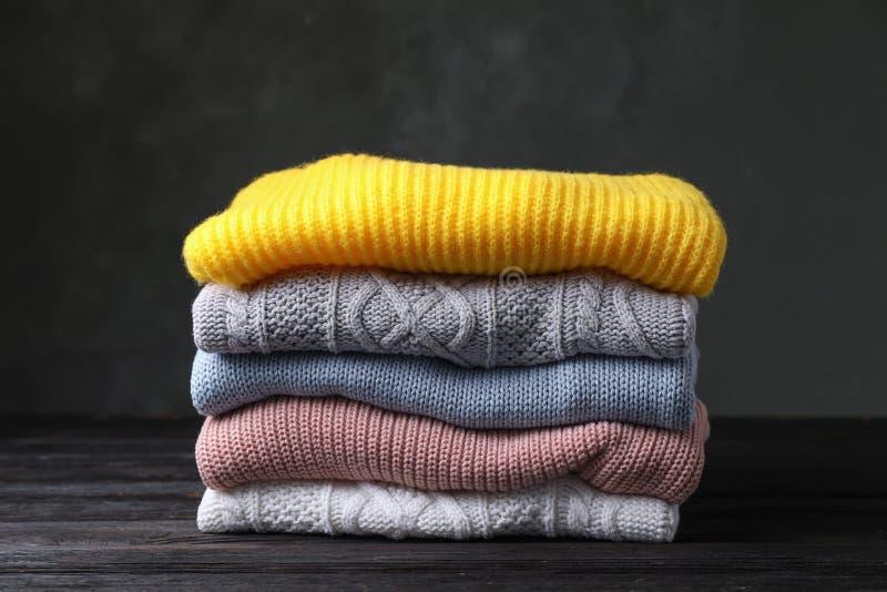 Pila de suéteres hechos punto doblados fotos de archivo