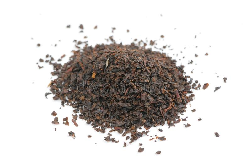 Pila de té negro aislada en el fondo blanco fotografía de archivo libre de regalías