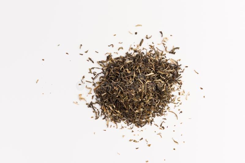 Pila de té verde aislada en el fondo blanco imagenes de archivo