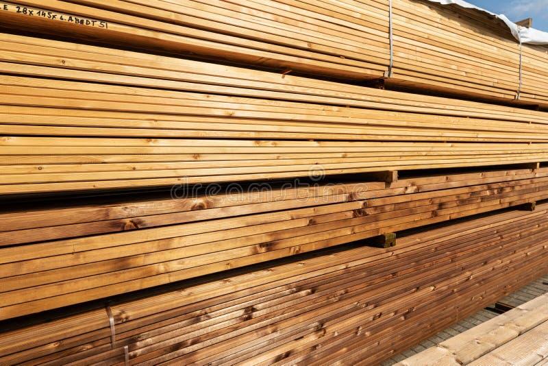 Pila de tableros de la terraza en venta en la yarda de madera de construcción fotografía de archivo libre de regalías