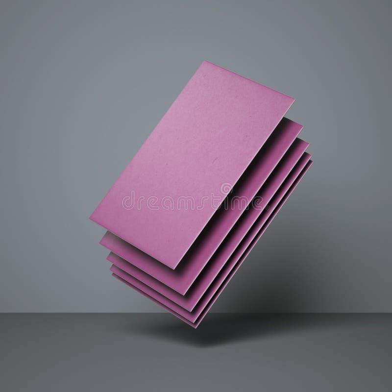 Pila de tarjetas de visita púrpuras en estudio gris foto de archivo libre de regalías