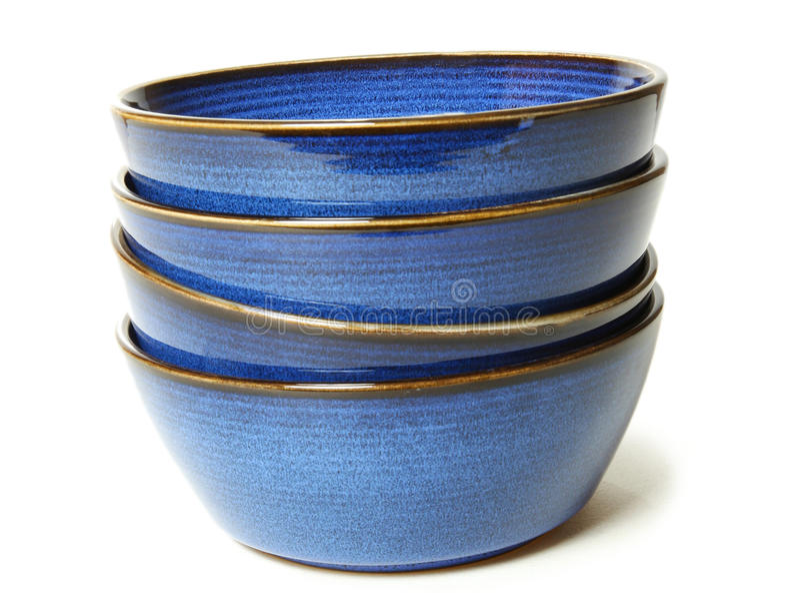 Pila de tazones de fuente azules imagenes de archivo