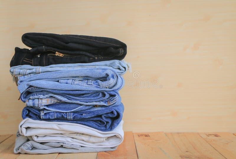 Pila de tejanos imagen de archivo libre de regalías