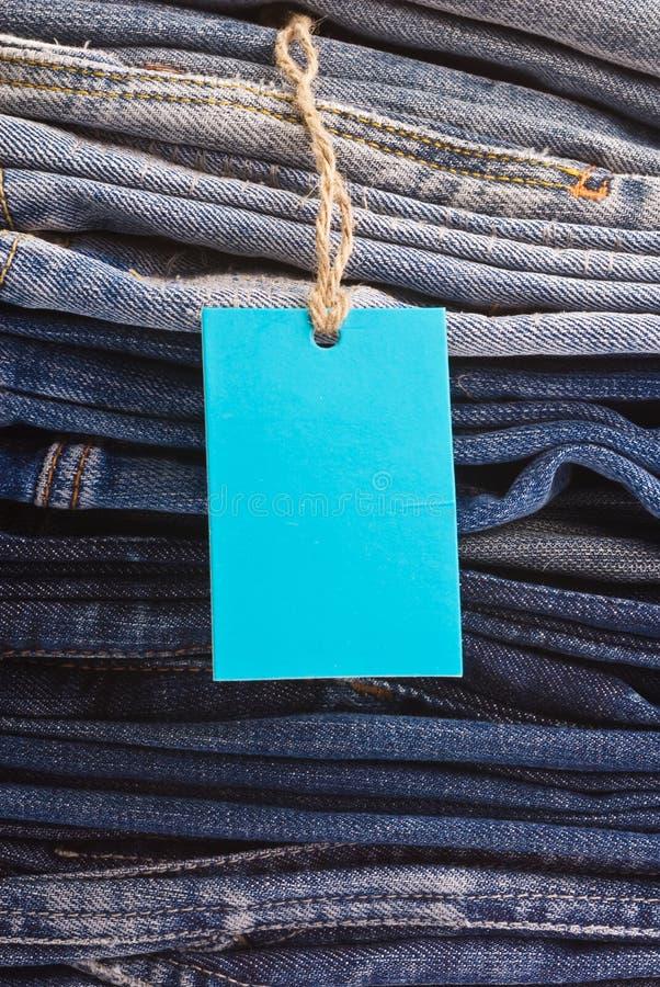 Pila de tejanos como un fondo o textura imagen de archivo libre de regalías