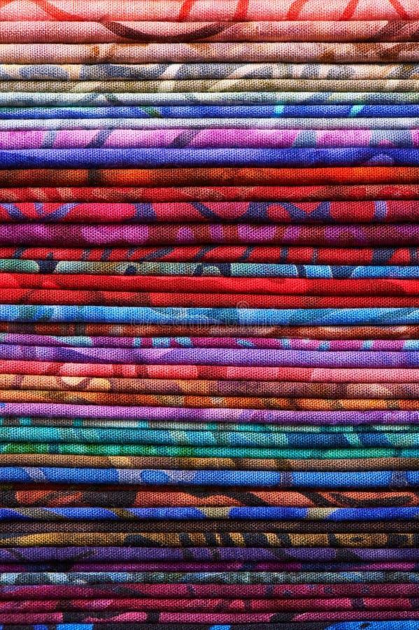 Pila de telas coloridas del batik como imagen de fondo vibrante fotografía de archivo libre de regalías