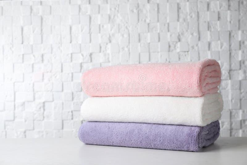Pila de toallas de baño suaves imágenes de archivo libres de regalías