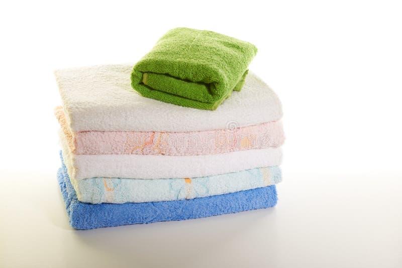 Pila de toallas en un fondo blanco imagen de archivo libre de regalías
