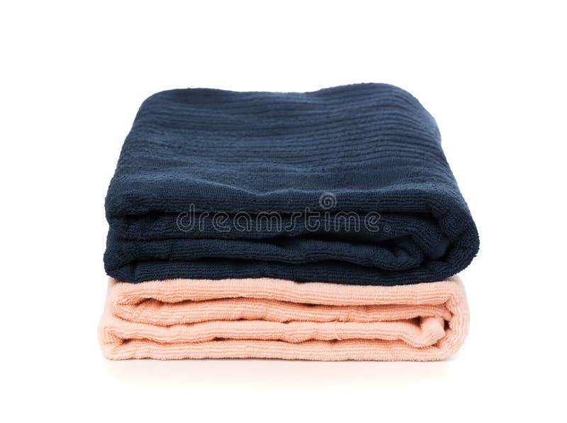 Pila de toallas suaves limpias en el fondo blanco - imagen foto de archivo libre de regalías