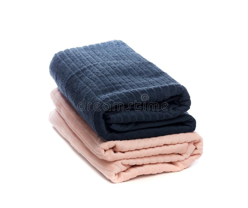 Pila de toallas suaves limpias en el fondo blanco - imagen imagen de archivo libre de regalías