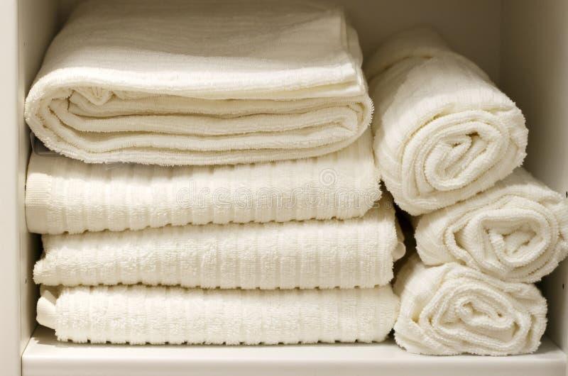 Pila de toallas de Terry blancas vista delantera, primer fotos de archivo