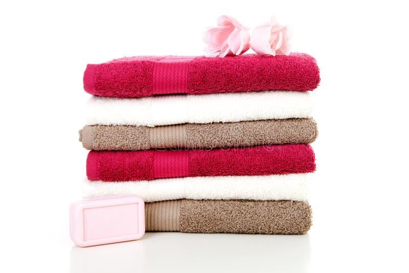 Pila de toallas y de jabón coloridos imagenes de archivo