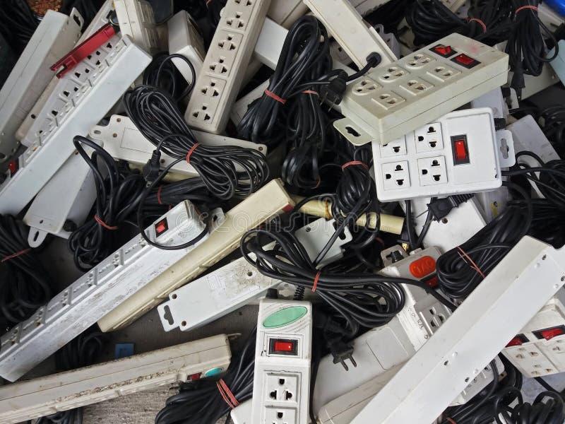 Pila de tomas de corriente eléctricas dañadas en la fábrica de la basura fotos de archivo libres de regalías