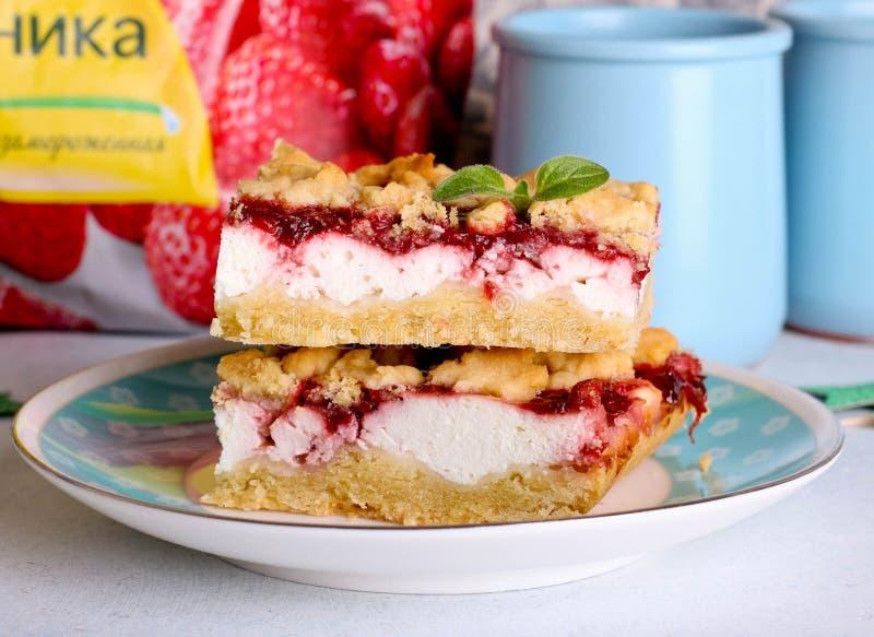 Pila de torta o galletas con el ciruelo, fresa, frambuesa y atasco o mermelada de cereza con las migas, el canela y las nueces du imagen de archivo libre de regalías