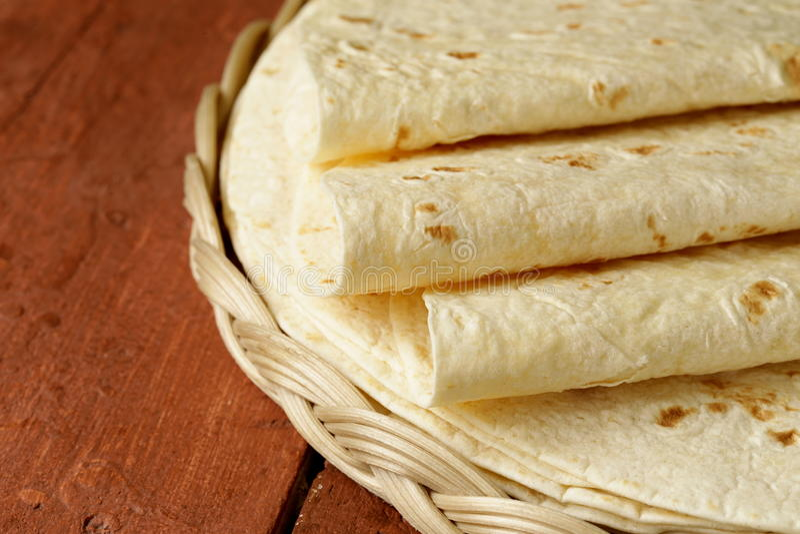 Pila de tortillas hechas en casa de la harina del trigo integral fotos de archivo
