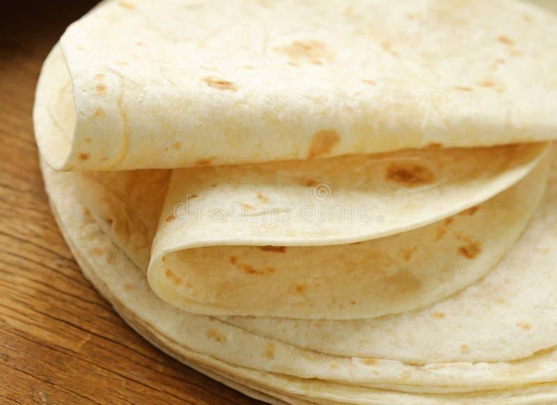 Pila de tortillas hechas en casa de la harina del trigo integral imagen de archivo