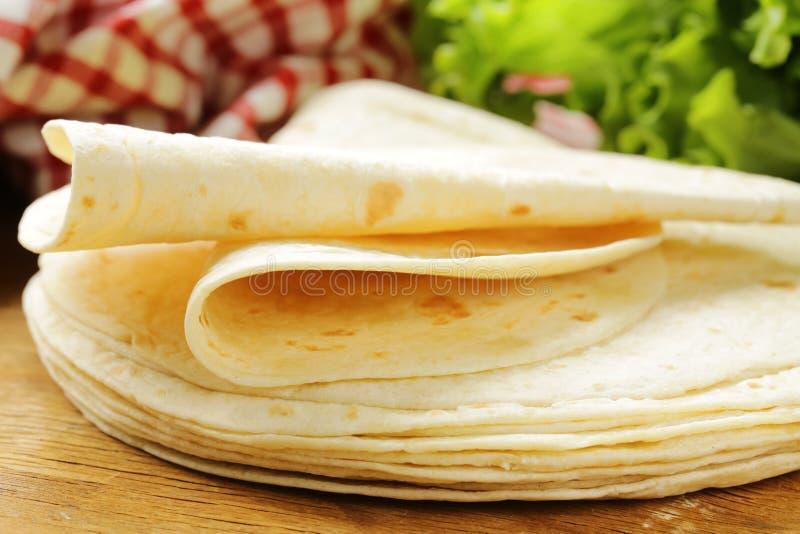Pila de tortillas hechas en casa de la harina del trigo integral foto de archivo
