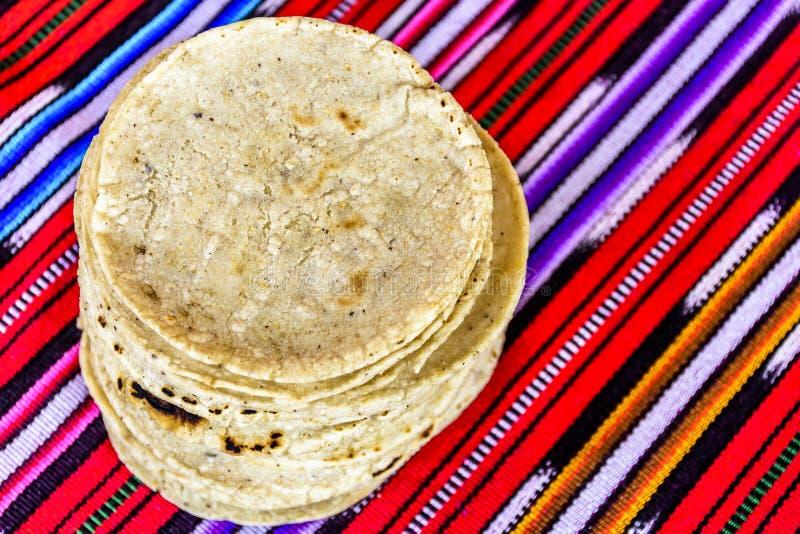 Pila de tortillas de maíz guatemaltecas hechas a mano tradicionales imagen de archivo libre de regalías