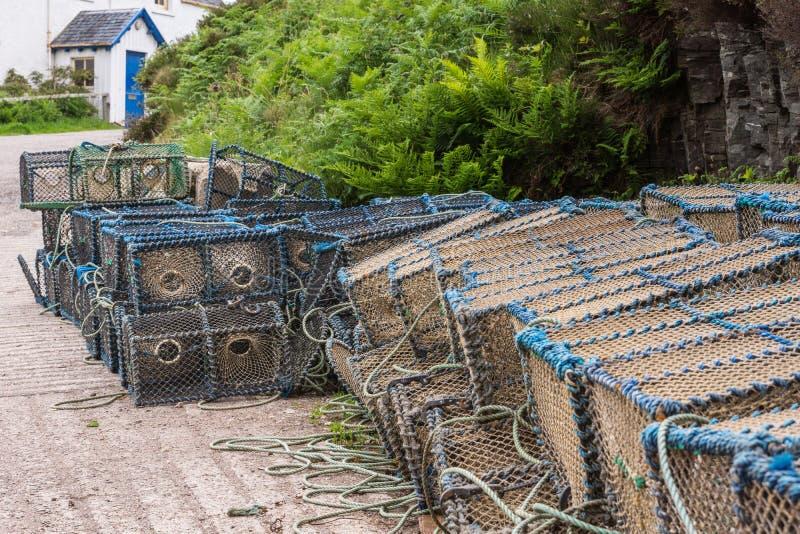 Pila de trampas de la langosta a lo largo del lago oleocalcáreo, Escocia foto de archivo libre de regalías