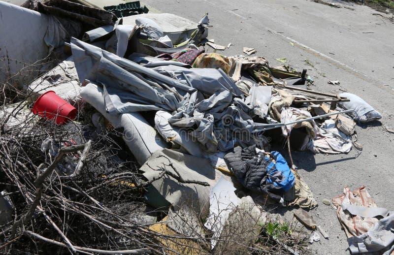 Pila de trapos y de basura en un campo sin hogar después del evi forzado imagen de archivo libre de regalías