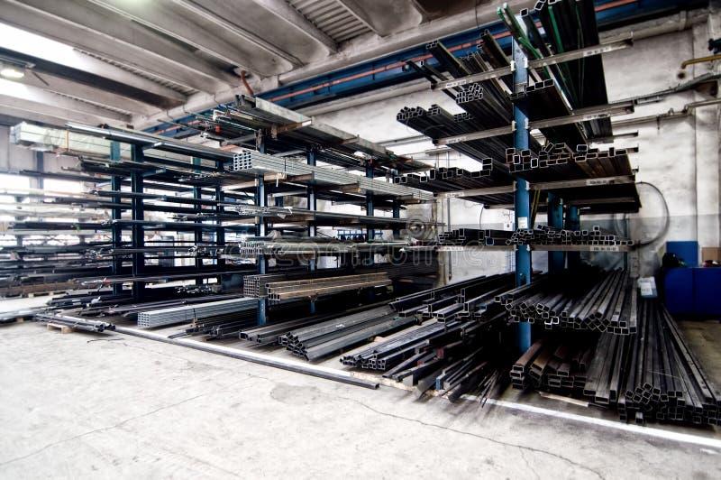 Pila de tubos cuadrados metálicos en la fábrica de acero fotos de archivo