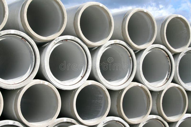 Pila de tubos de agua concretos imágenes de archivo libres de regalías