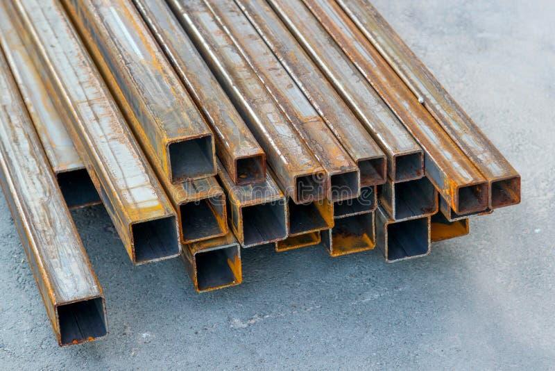 Pila de tubos del cuadrado del acero estructural foto de archivo