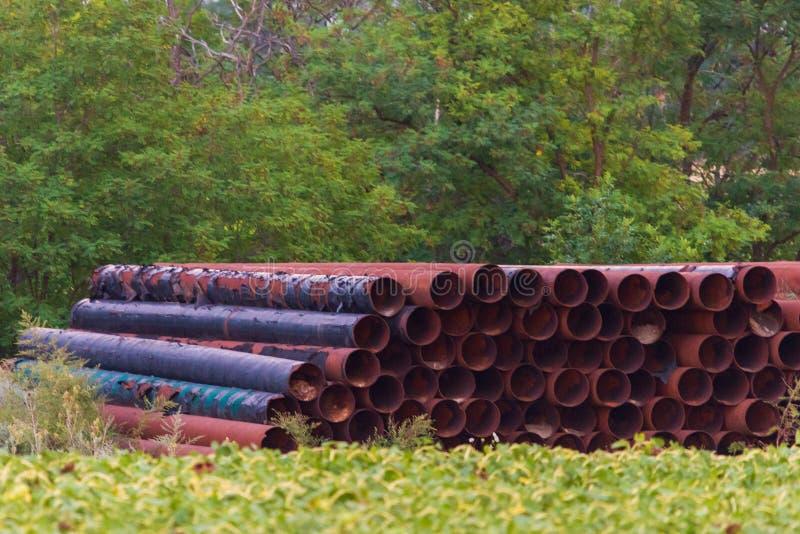 Pila de tubos viejos, tóxicos de la ventaja en un área de la renovación imagenes de archivo