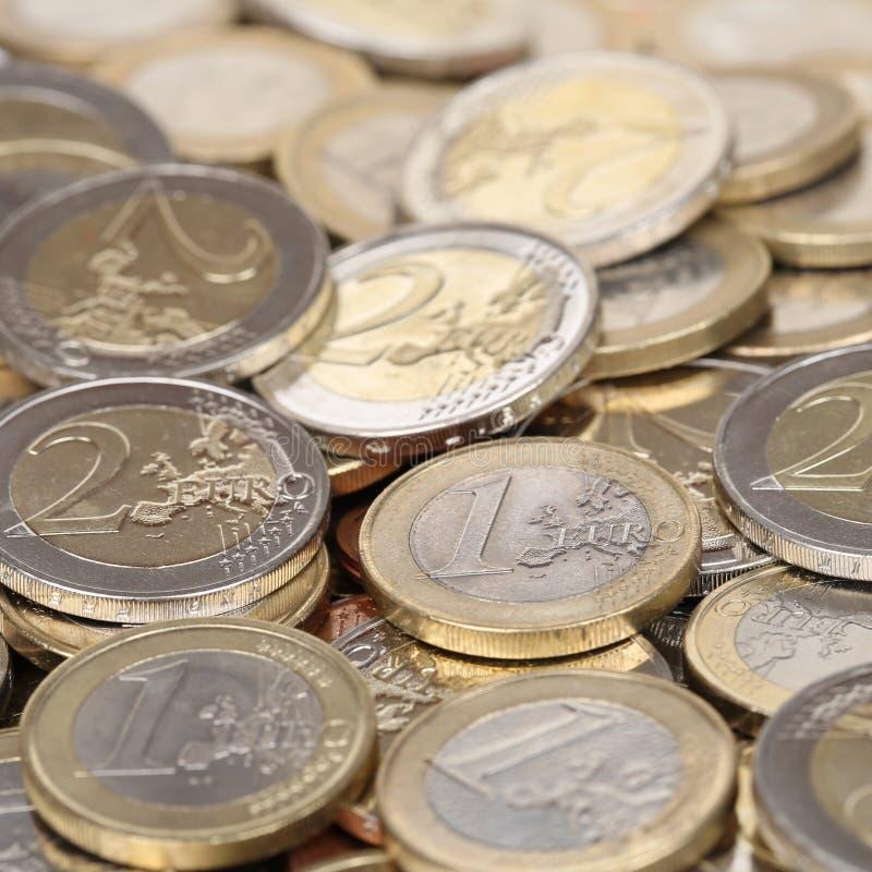 Pila de una y dos monedas euro imagen de archivo libre de regalías