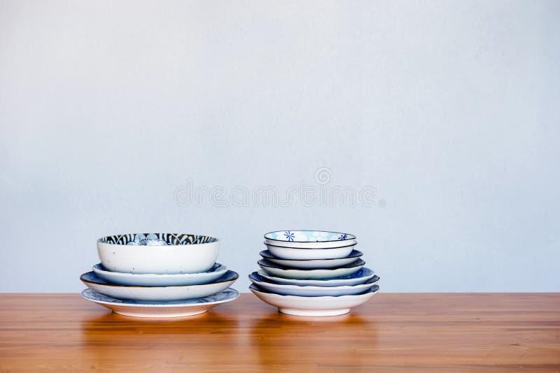 Pila de vajilla de cerámica en la tabla de madera fotos de archivo