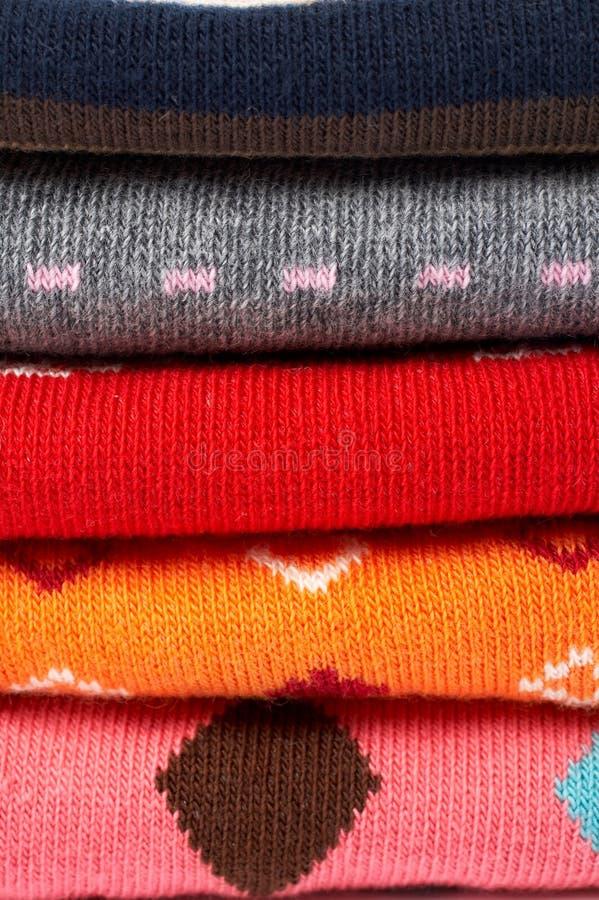 Pila de varia ropa de los colores foto de archivo libre de regalías