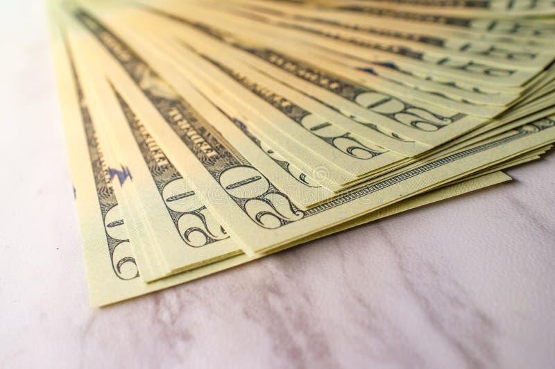 Pila de veinte billetes de dólar fotos de archivo
