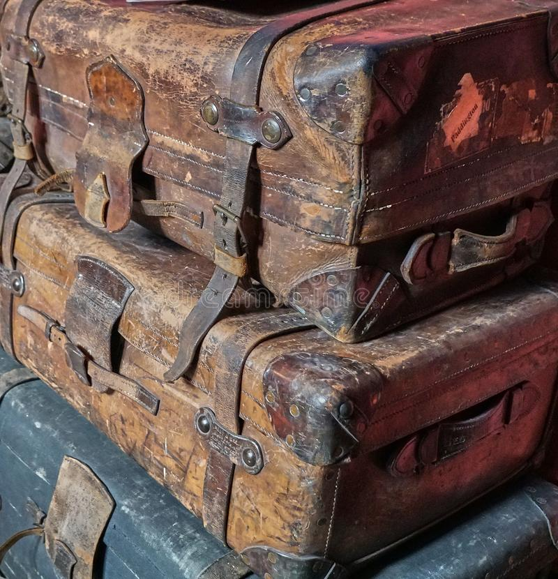 Pila de viejo llevado fuera del equipaje victoriano foto de archivo libre de regalías
