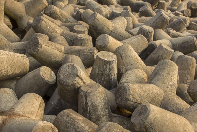 Pila de viejos tetrapods concretos grises cercanos para arriba, barrera del tsunami fotos de archivo libres de regalías
