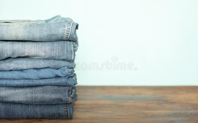 Pila dei pantaloni dei jeans fotografia stock