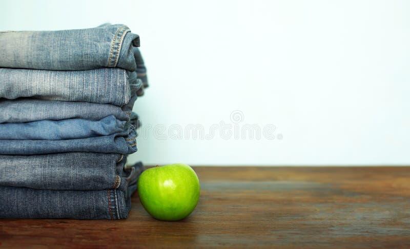 Pila dei pantaloni dei jeans fotografia stock libera da diritti