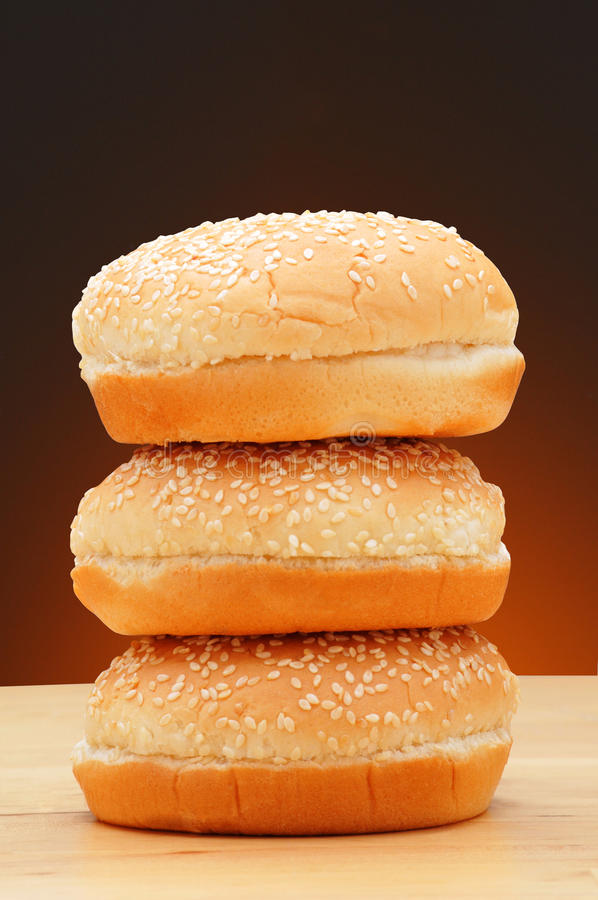 Pila del bollo de hamburguesa imagenes de archivo